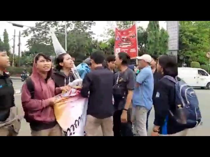 Puluhan Mahasiswa Dibubarkan Ormas Saat Demo Hari Jadi Tangerang