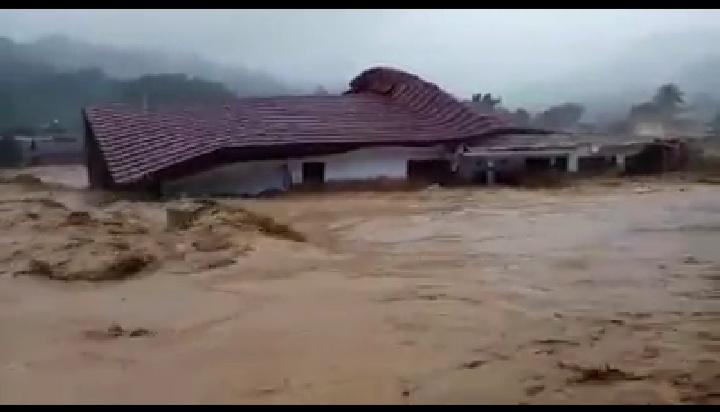 Detik-detik SMPN 4 Lebak Gedong Ambruk Terseret Banjir