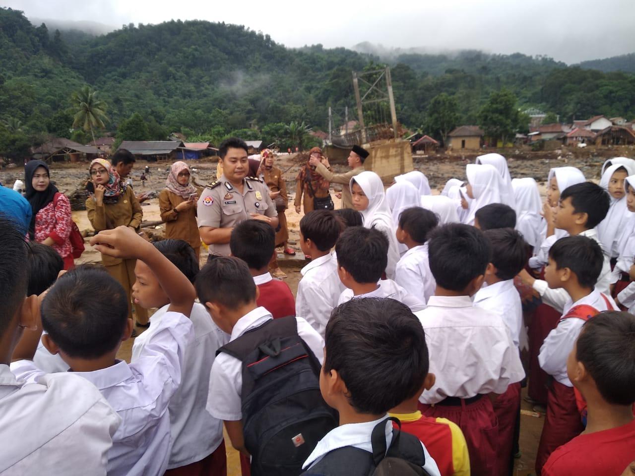 Hari Pertama Sekolah di SD Yang Hancur Disapu Banjir Bandang di Lebak
