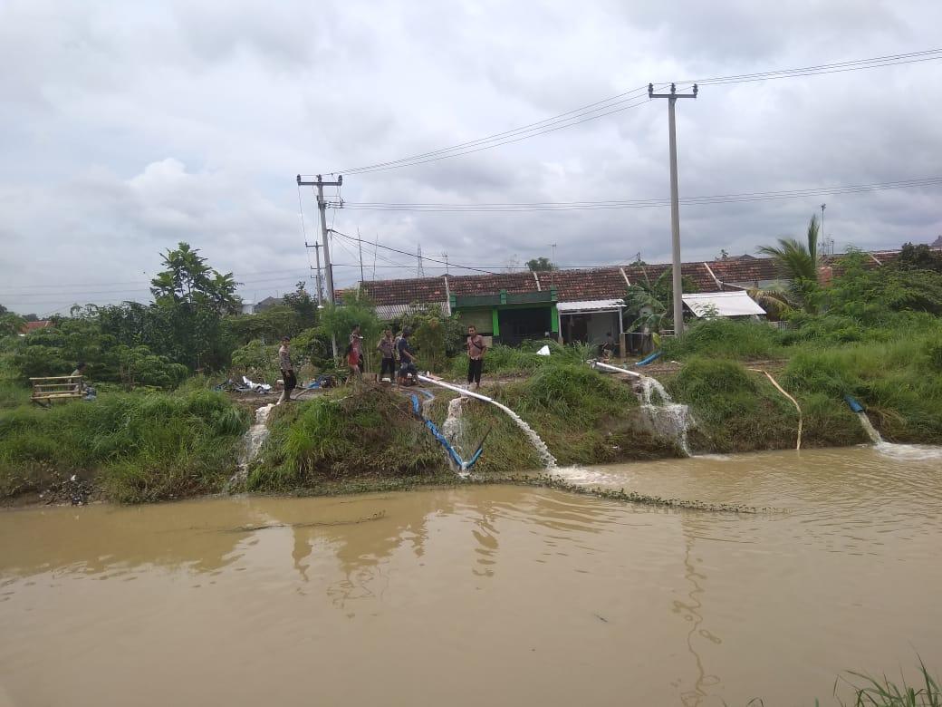 Kunjungi Lokasi Banjir, Dirjen Kemensos RI Datangi Posko Brimob Banten