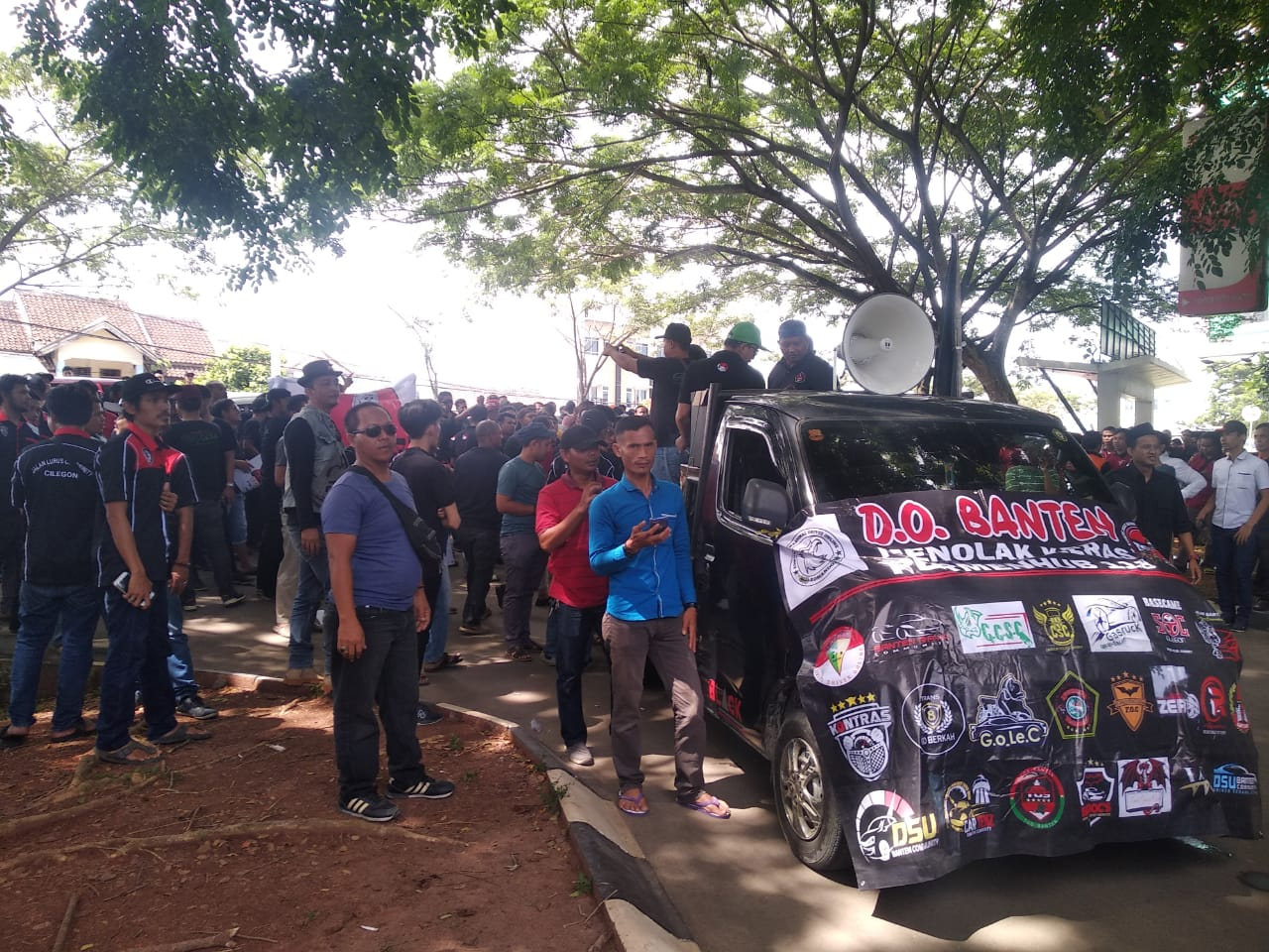 Tolak PM 118, Ratusan Sopir Taksi Online Geruduk Kantor DPRD