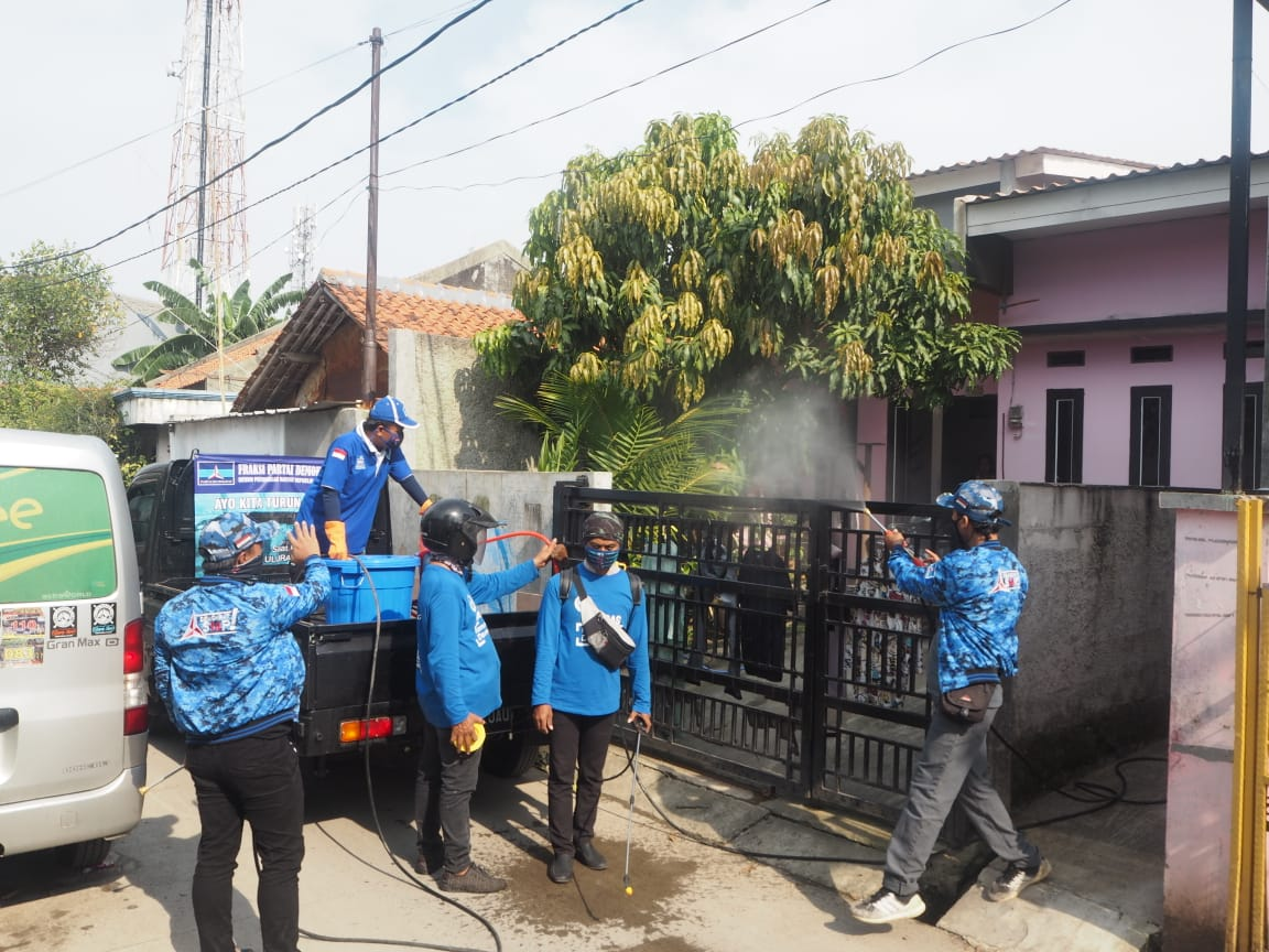 Cegah COVID-19, Zulfikar Bantu Penyemprotan Disinfektan Lingkungan Warga  Tangerang
